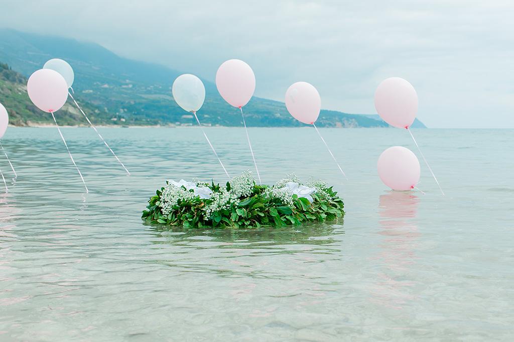 Βάπτιση στη θάλασσα, στεφάνι για βάπτιση στη ακρογιαλιά μαζί με μπαλόνια ροζ, κοριτσίστικος στολισμός βάπτισης, Φωτογράφιση Βάπτισης στην Θάλασσα στην Κεφαλονιά