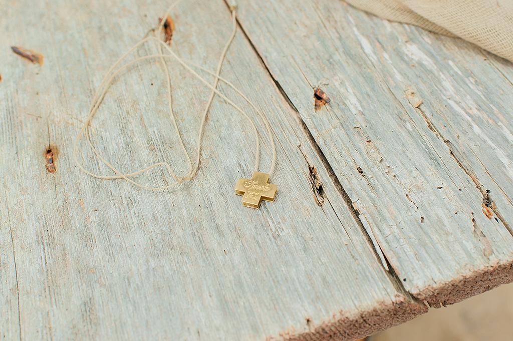 βαπτιστικός σταυρός πάνω σε παλιό ξύλινο τραπέζι