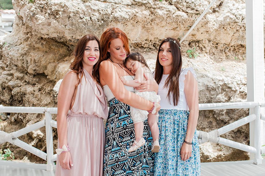 οι τρεις νονές του κοριτσιού στη βάπτιση στη θάλασσα στην κεφαλλονιά