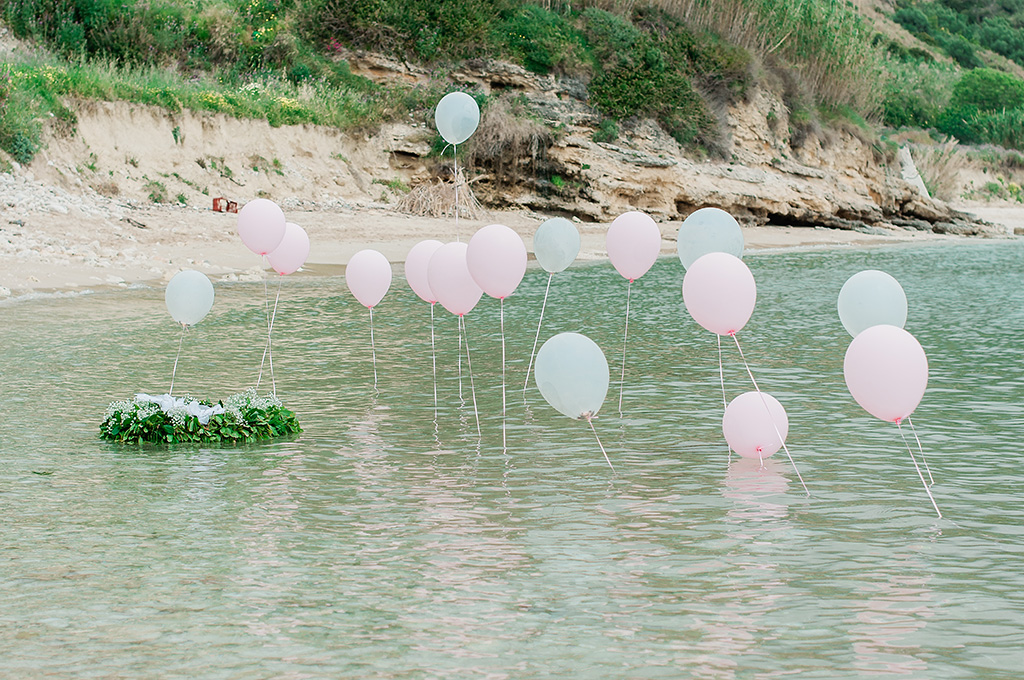 Baby Christenning Baptism on the Beach, βάπτιση στη θάλασσα, στολισμός βάπτισης στο νερό με ροζ μπαλόνια και στεφάνι λουλουδιών, baptism decoration in the sea with pink balloons
