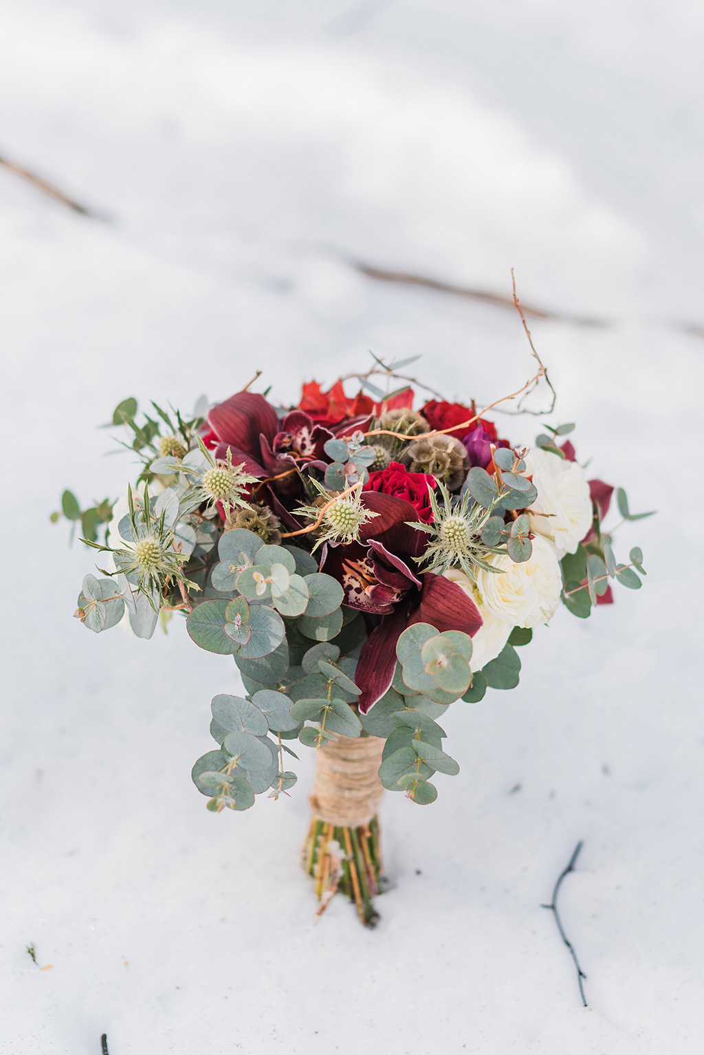 prewedding φωτογράφιση στα χιόνια, μια υπέροχη εμπειρία για το ζευγάρι, engagement bouquet