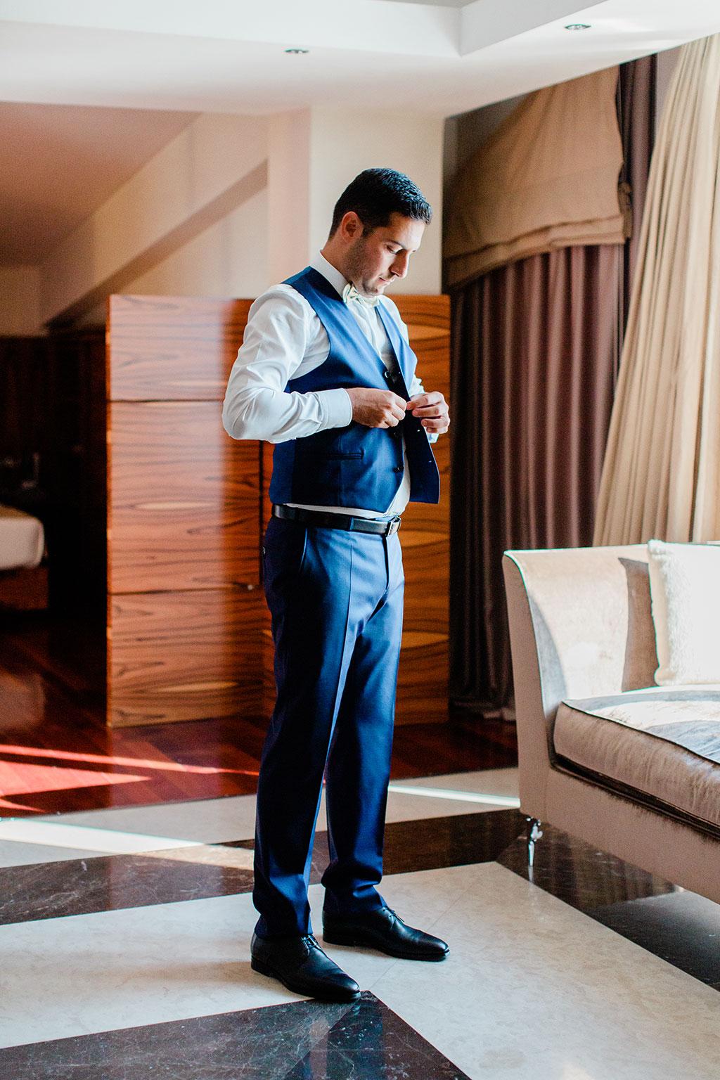 groom getting ready in a room of a hotel in thessaloniki, προετοιμασία γαμπρού στην Θεσσαλονίκη