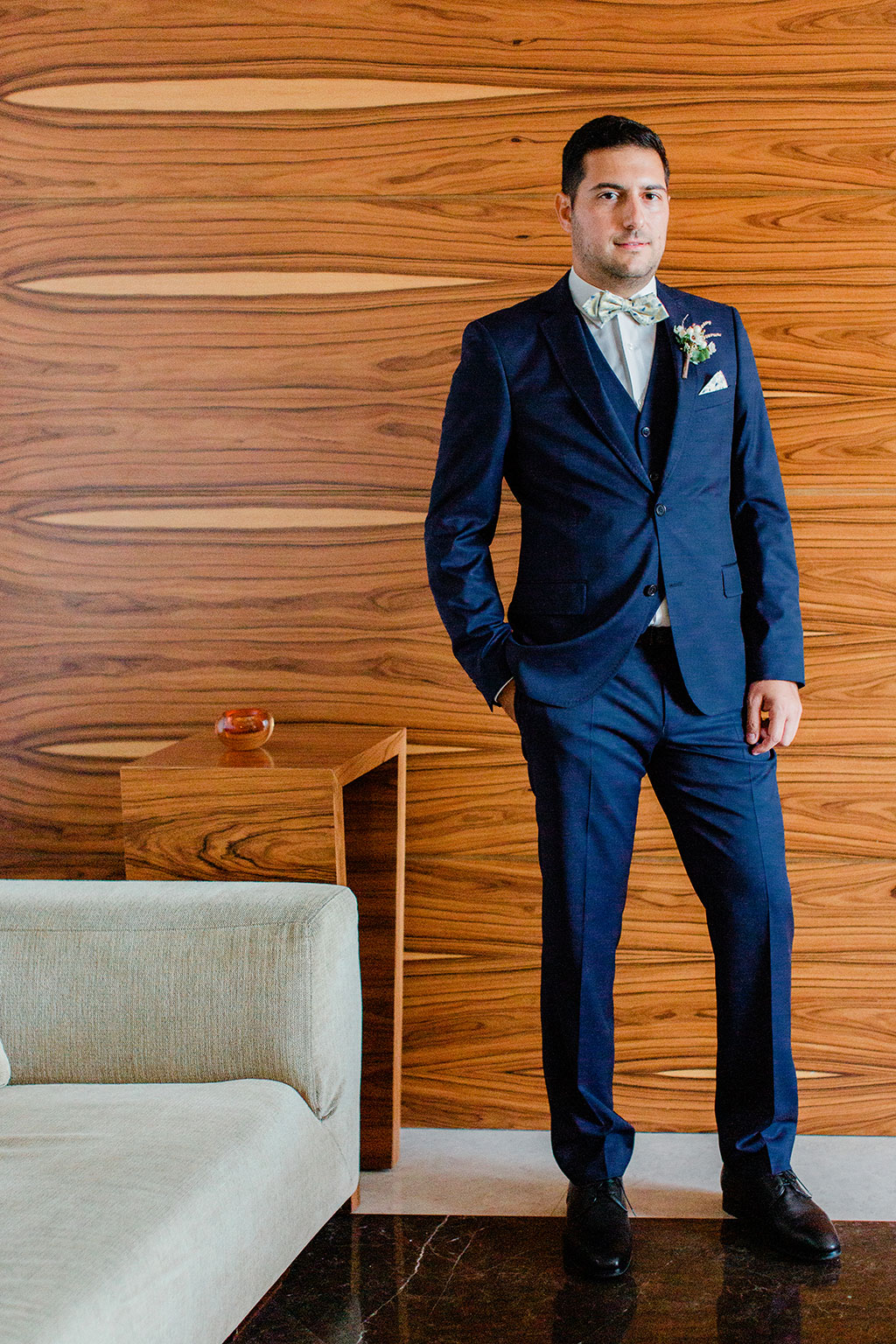 A simple pose for my groom in elegant wedding in thessaloniki, φωτογράφιση γαμπρού στο ξενοδοχείο
