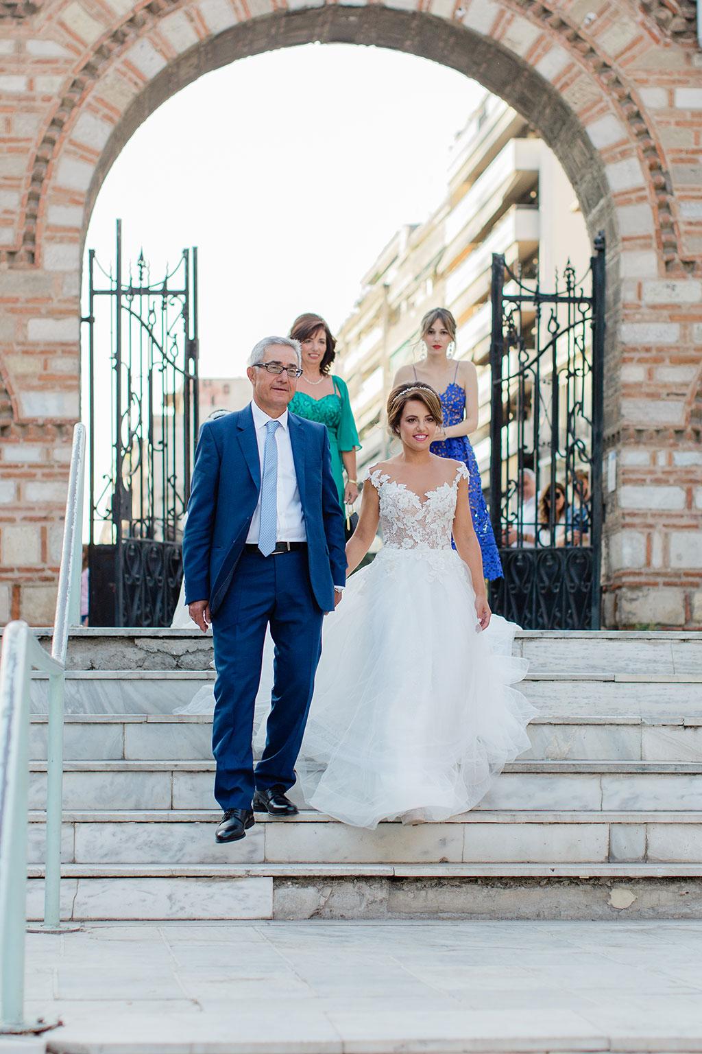 Η νύφη μόλις έφτασε στην εκκλησια, here comes the bride