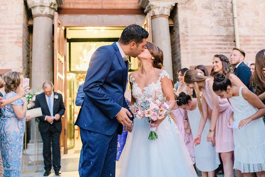 Το πρώτο φιλί του ζευγαριού μετά την τελετή, Φωτογράφος γάμου στη Θεσσαλονίκη, The first kiss after the wedding ceremony
