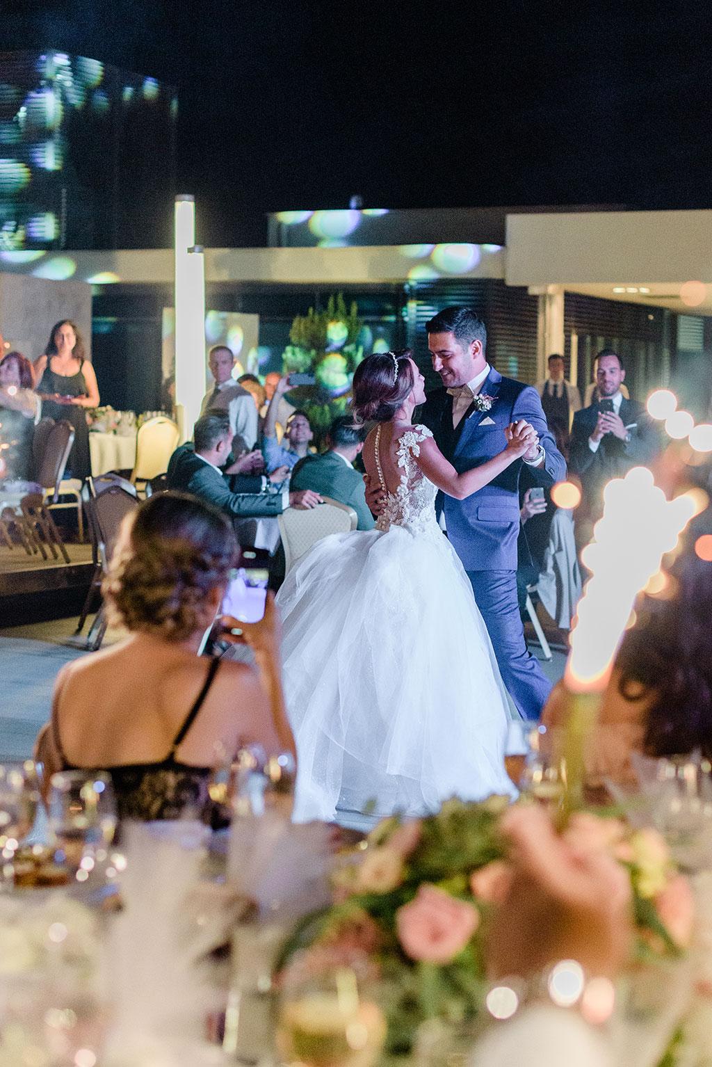 Ο πρώτος χορός του ζευγαριού στον γάμο τους στην Θεσσαλονίκη