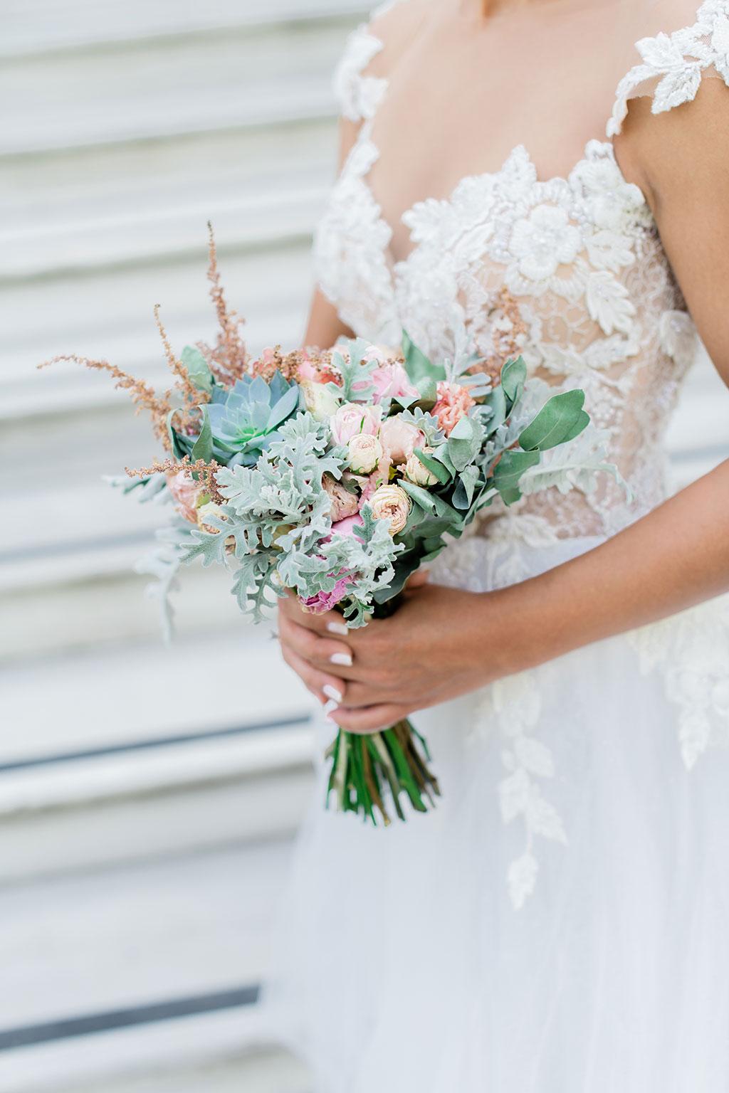 a beautiful bridal bouquet, μια όμορφη νυφική ανθοδέσμη