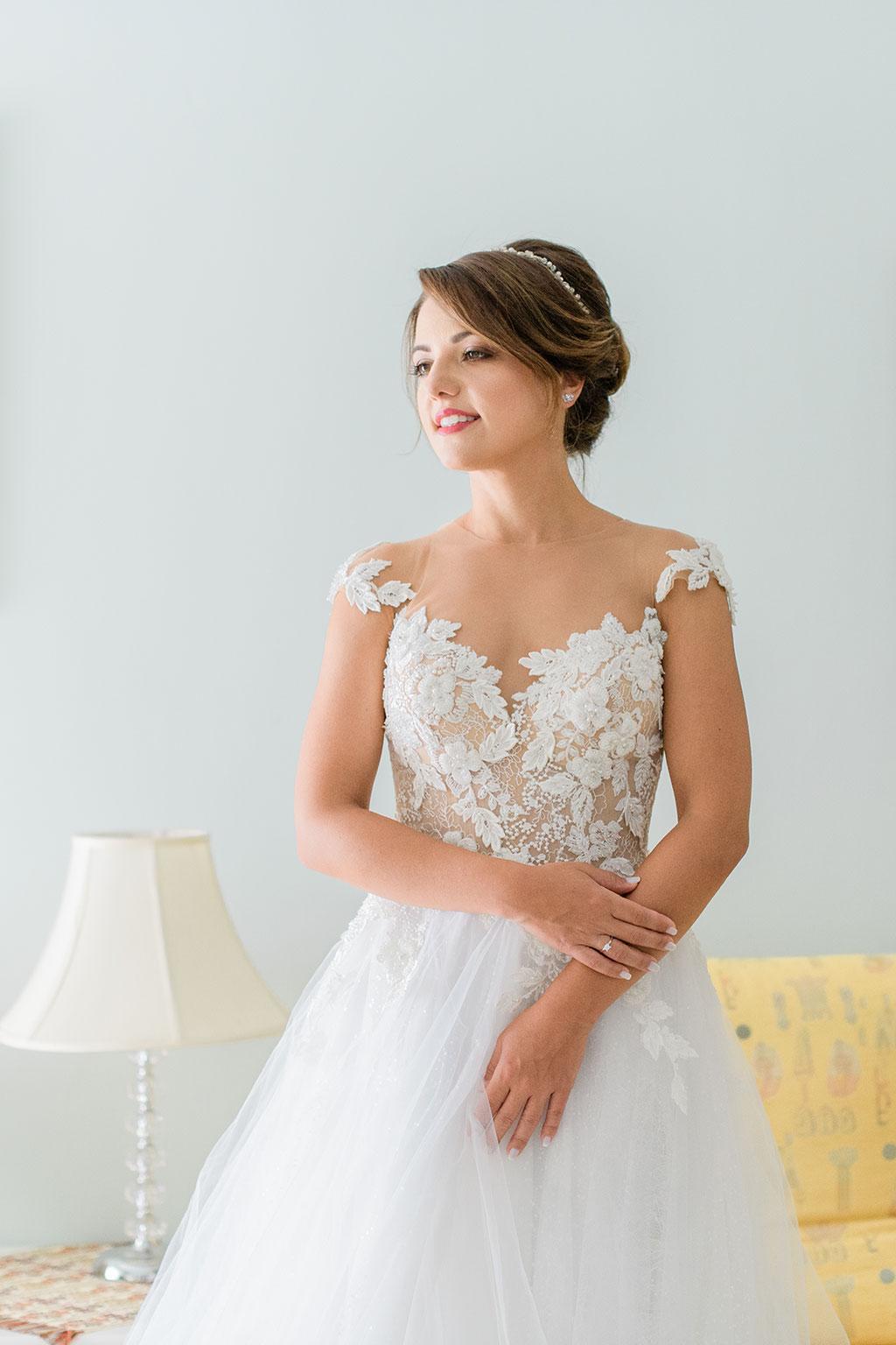 Μια ομορφη νύφη ποζάρει με χαμόγελο στην φωτογράφιση της, Ethereal bridal portrait, elegant wedding in thessaloniki