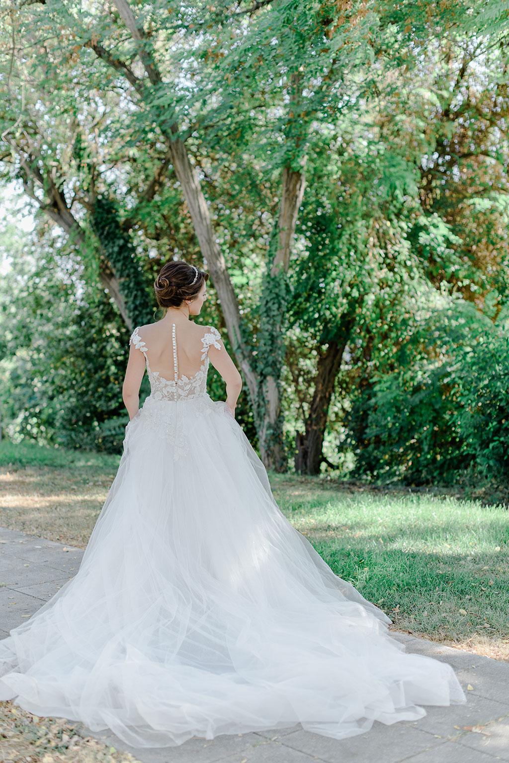 Φωτογράφιση γάμου στην Θεσσαλονίκη, η νύφη περπατάει μέσα στα δένδρα, wedding in thessaloniki