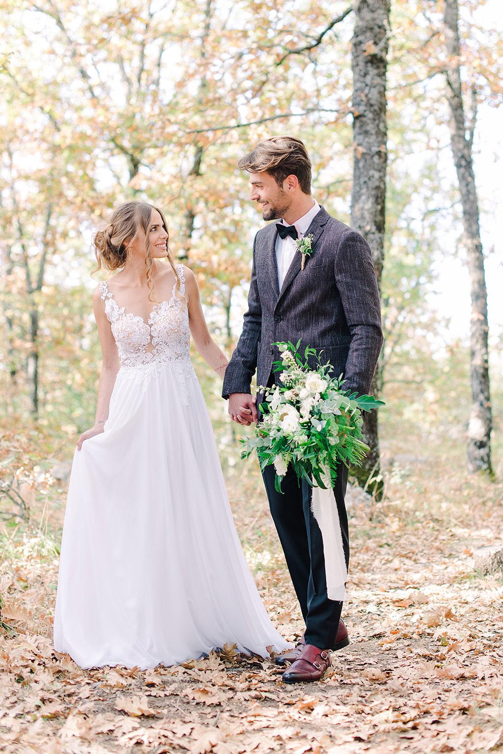 bride and groom walking in the forest after the ceremony, το ζευγάρι περπατάει μέσα στο δάσος με την τελετή του γάμου τους