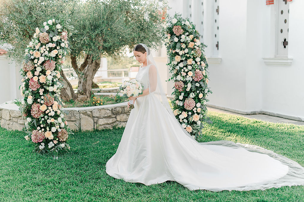 adorable bride looking her bridal bouquet, Φωτογράφος γάμου Χαλκιδική