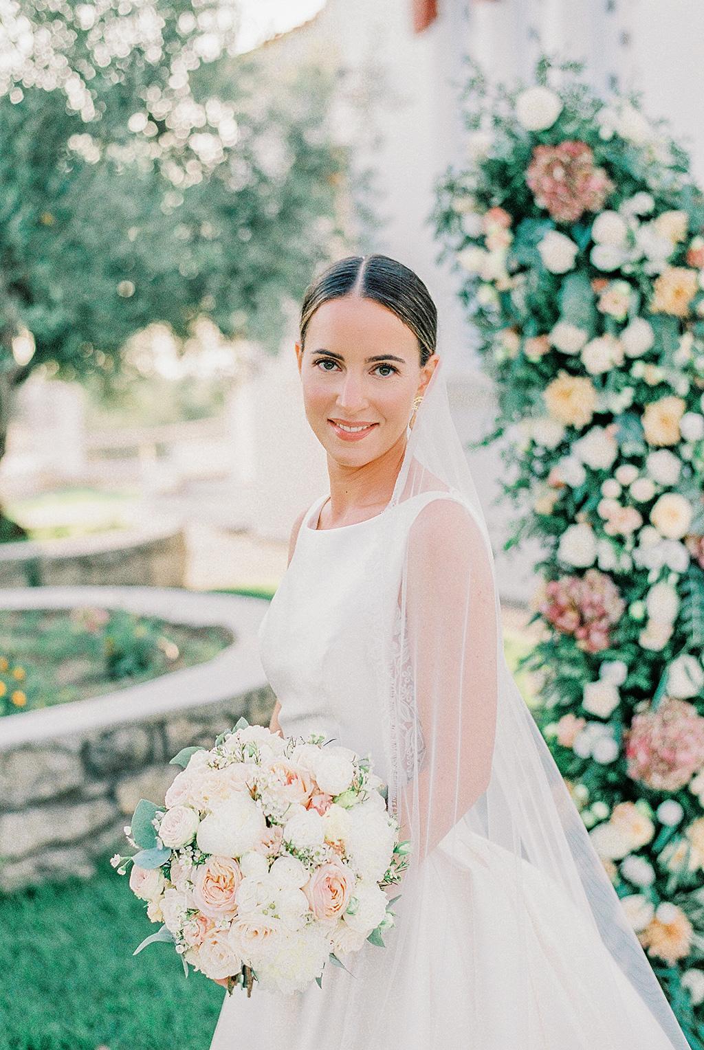 Φωτογράφος γάμου Χαλκιδική, adorable bride with beautiful bouquet from kipos kalou flower, Φωτογράφος γάμου Χαλκιδική, shot with film fuji 400h pro