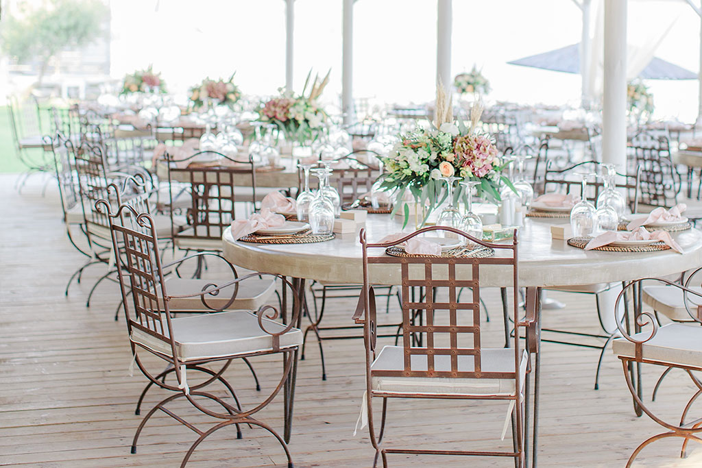 Φωτογράφος γάμου Χαλκιδική, elegant decoration table set up at summer wedding by the sea