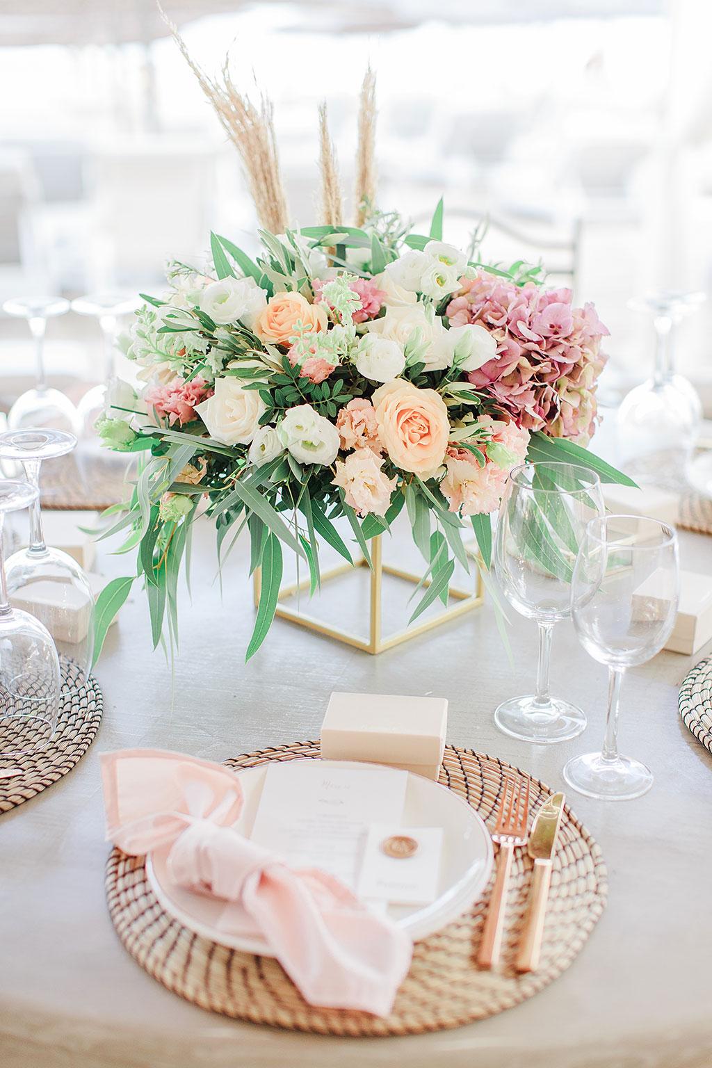 σύνθεση λουλουδιών σε τραπέζι, σε δεξίωση γάμου