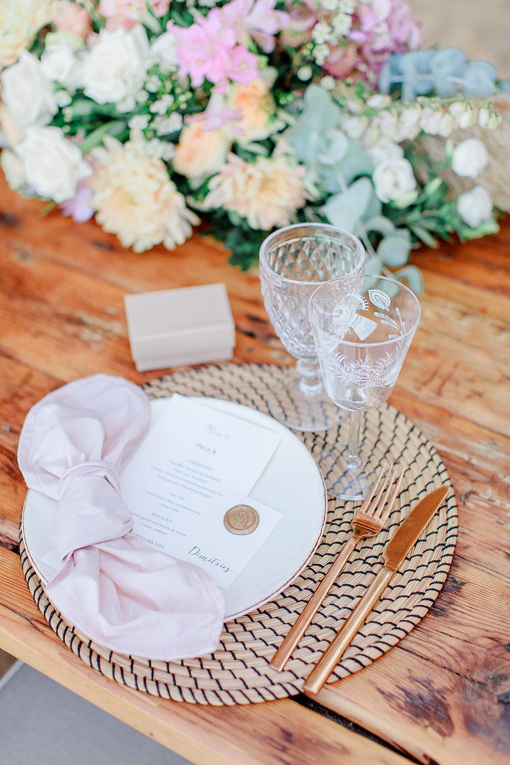 Φωτογράφος γάμου Χαλκιδική, δεξίωση γάμου σε beach bar στη Χαλκιδική, groom's wedding table detail with name card and menu